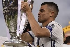 Pepe levantando el trofeo de la Champions League