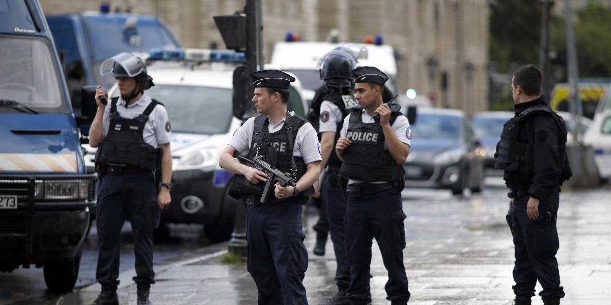 Un policía herido tras balacera en catedral de Notre Dame, en París