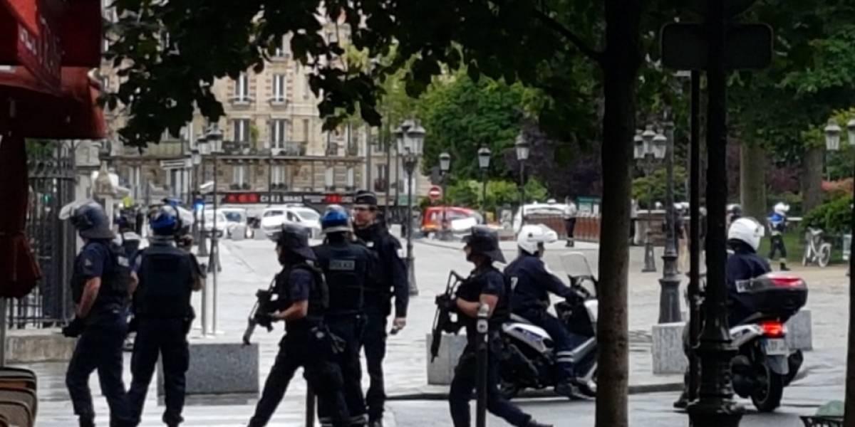 Paris: policía dispara contra hombre que atacó a un agente