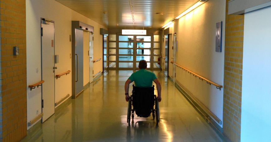 Un adulto mayor que iba en una silla de ruedas fue arrollado por una camioneta
