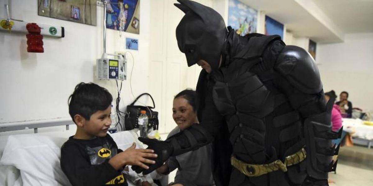 El Batman solidario: un argentino se disfraza de superhéroe y visita a niños de un hospital