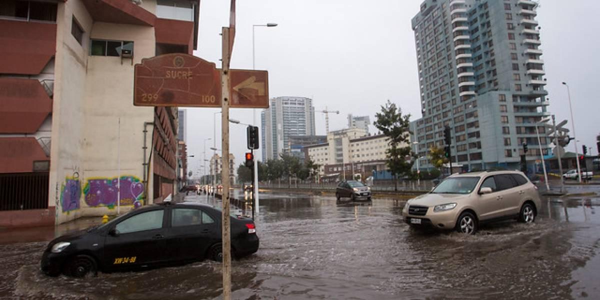 Suspenden clases hasta el viernes tras fuertes lluvias en Antofagasta: sistema frontal deja 60 personas albergadas