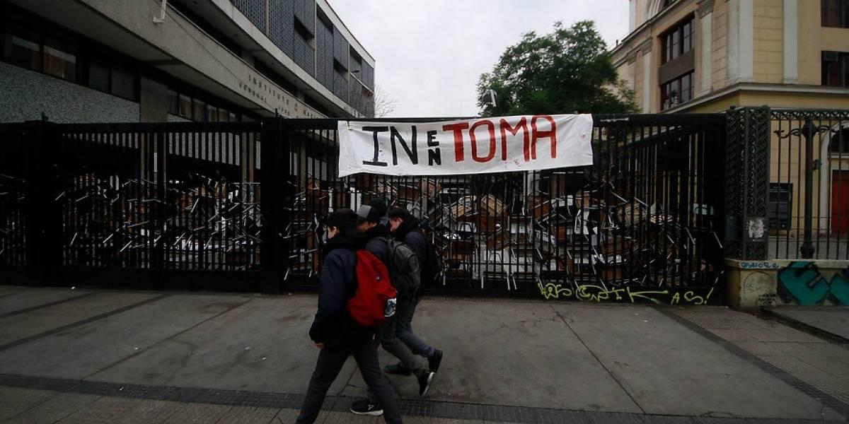 Estudiantes se toman el Instituto Nacional y Municipio de Santiago ya emitió orden de desalojo