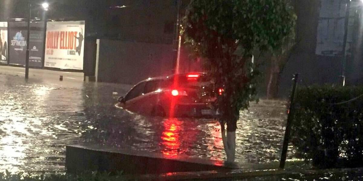 Inundaciones y encharcamientos dejan fuertes lluvias en CDMX