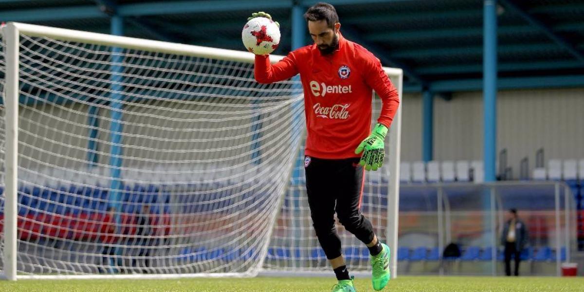 Bravo se ausentó de la primera práctica de la Roja y es duda para enfrentar a Rusia