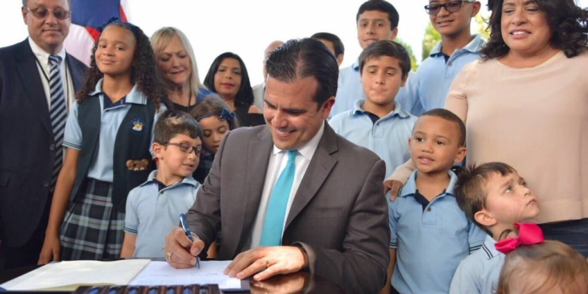 Rosselló firma ley que devuelve las Iglesias-Escuela