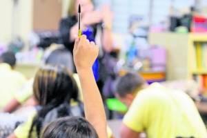 Maestros transitorios siguen en espera de Educación