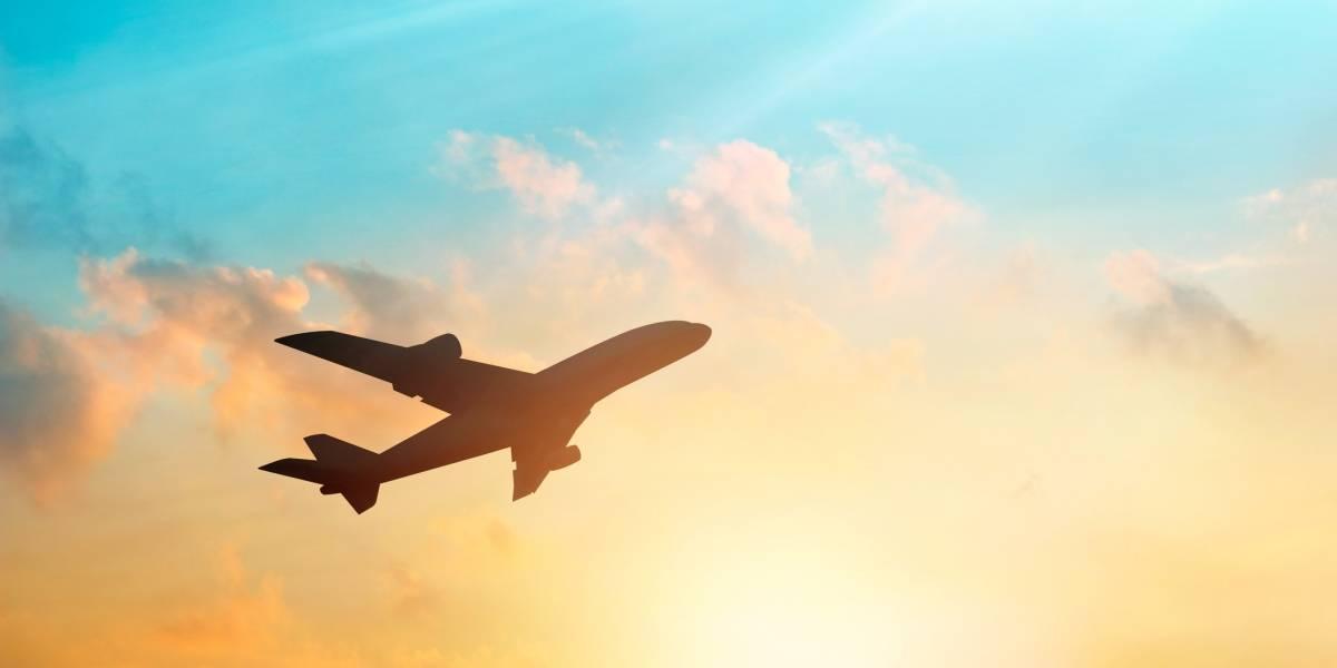 Desaparece avión con más de 100 personas