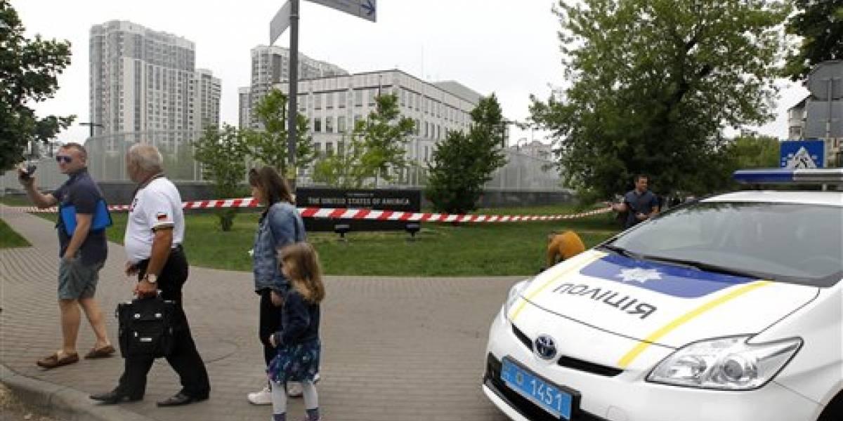 Explota artefacto en terreno de embajada de EE.UU. en Ucrania