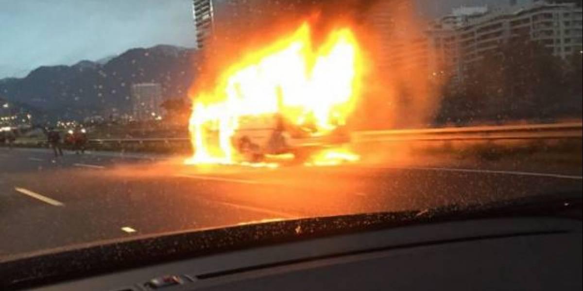 Bus se incendia en plena Costanera Norte y provoca gran congestión