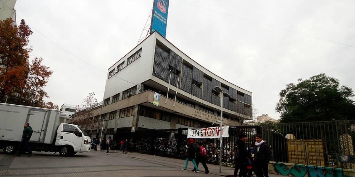 """Alcalde Alessandri denuncia daños de colegios en toma : """"No vamos a permitir que sigan destruyendo la educación pública"""""""