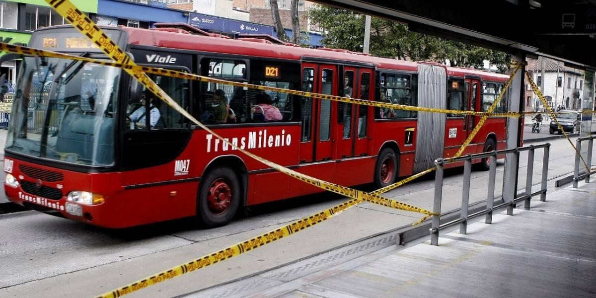 Joven sufre accidente al ser empujada por usuarios en estación de TransMilenio