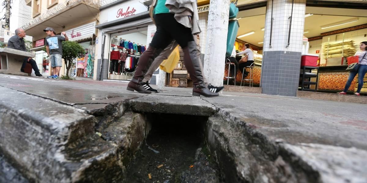 Moradores tapam buracos com concreto em ruas da zona leste de SP