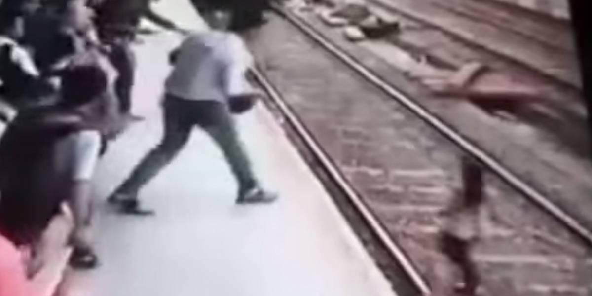 VIDEO. Mujer es arrollada por un tren mientras hablaba por teléfono