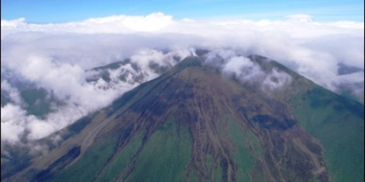 Observan incandescencia a nivel del cráter del volcán Reventador