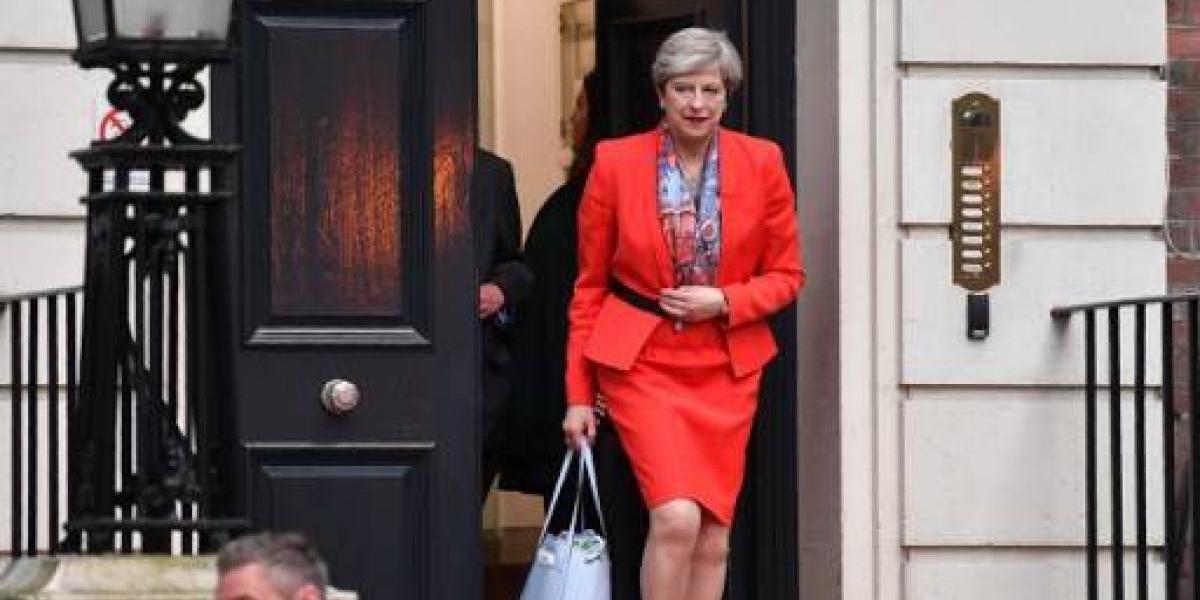 """Reino Unido: May apela a la """"estabilidad"""" mientras Corbyn le pide renunciar"""