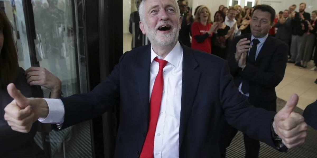 """Jeremy Corbyn protagoniza el peor """"high five"""" de la historia"""