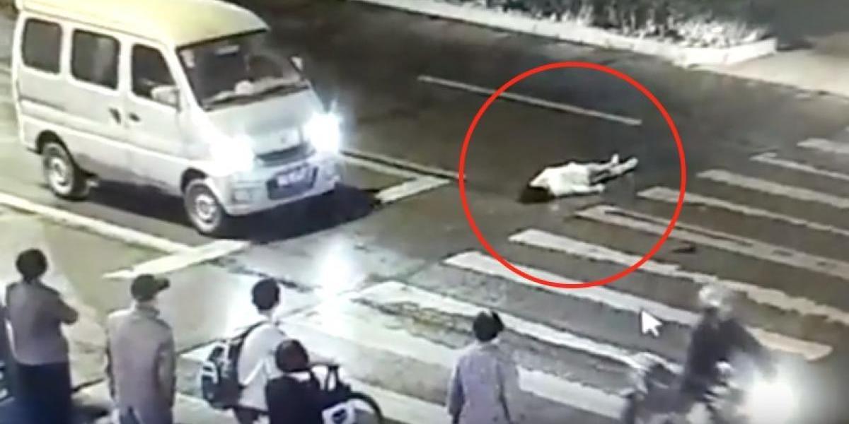 Mujer es atropellada dos veces en China y muere, todos se preguntan ¿por qué nadie le ayudó?