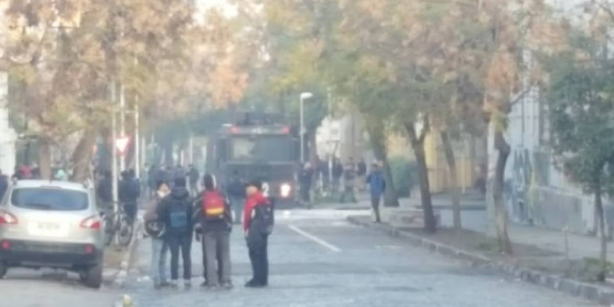 Serios desórdenes en Liceo de Aplicación dejan a menor quemado con bomba molotov