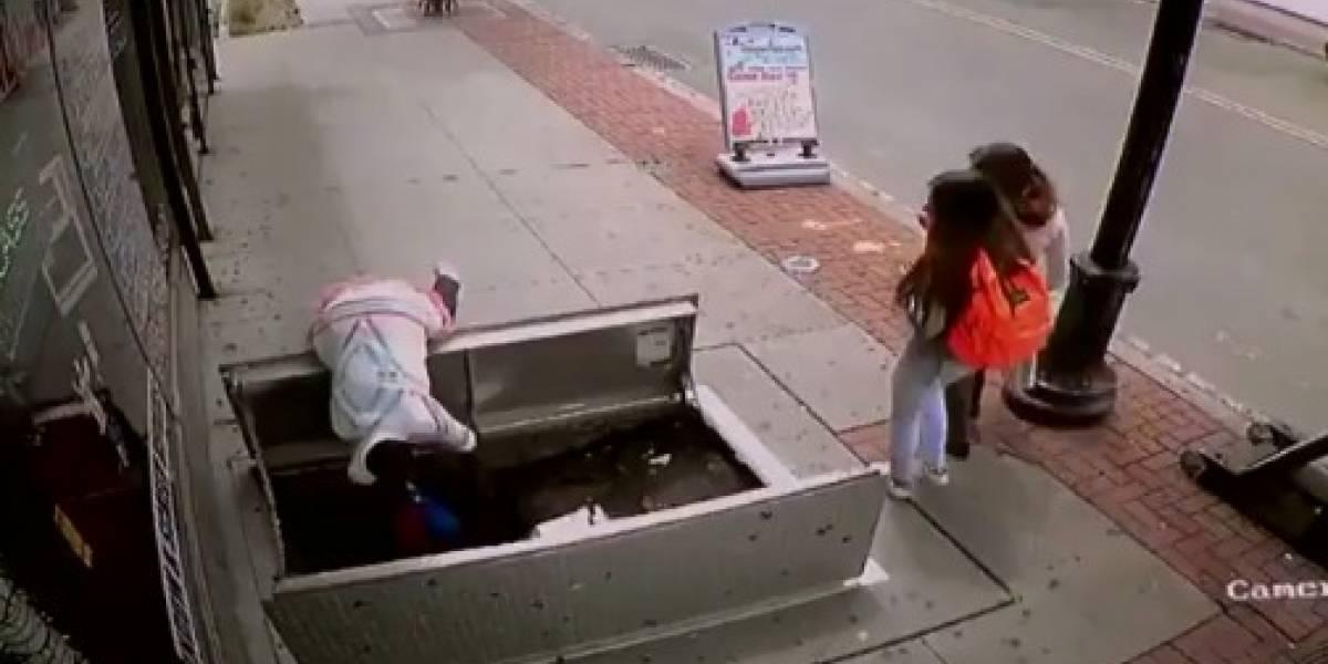 Mujer cae casi dos metros por ir distraída con el celular