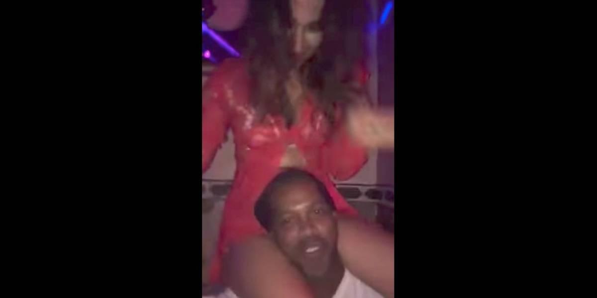 VIDEO: Ronaldinho disfruta la fiesta cargando a una mujer