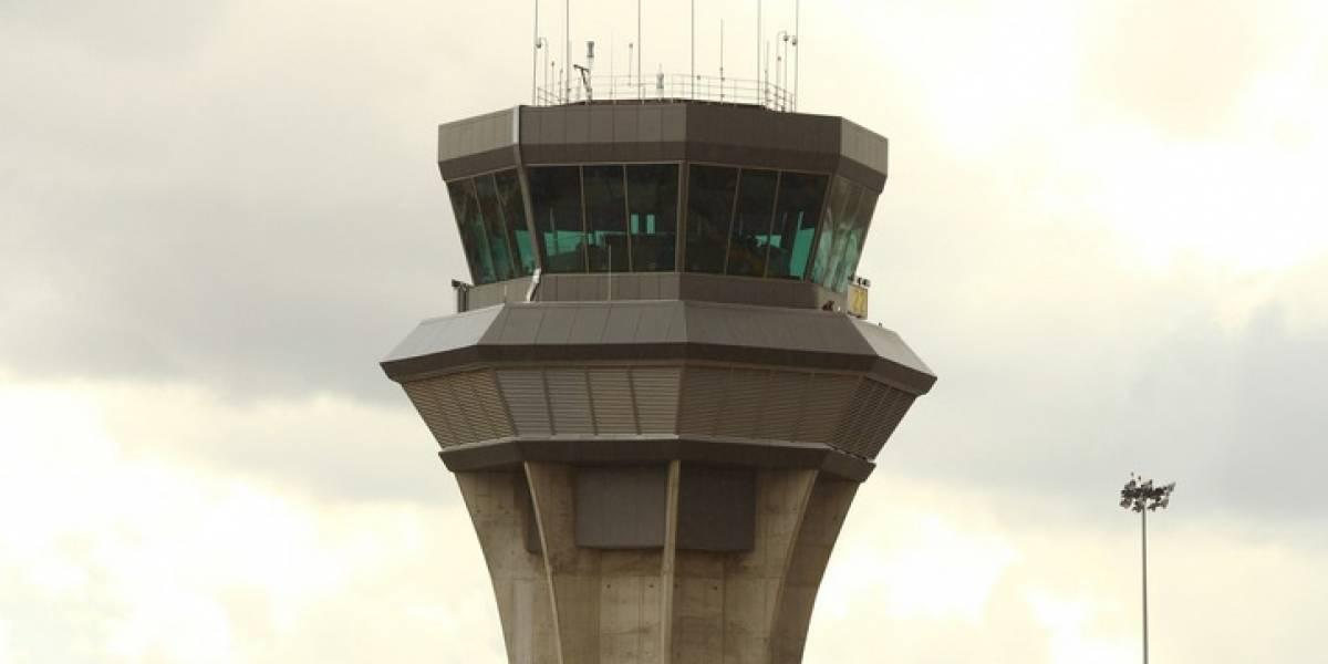 Piloto bloquea comunicación con torre de control al cantar Despacito