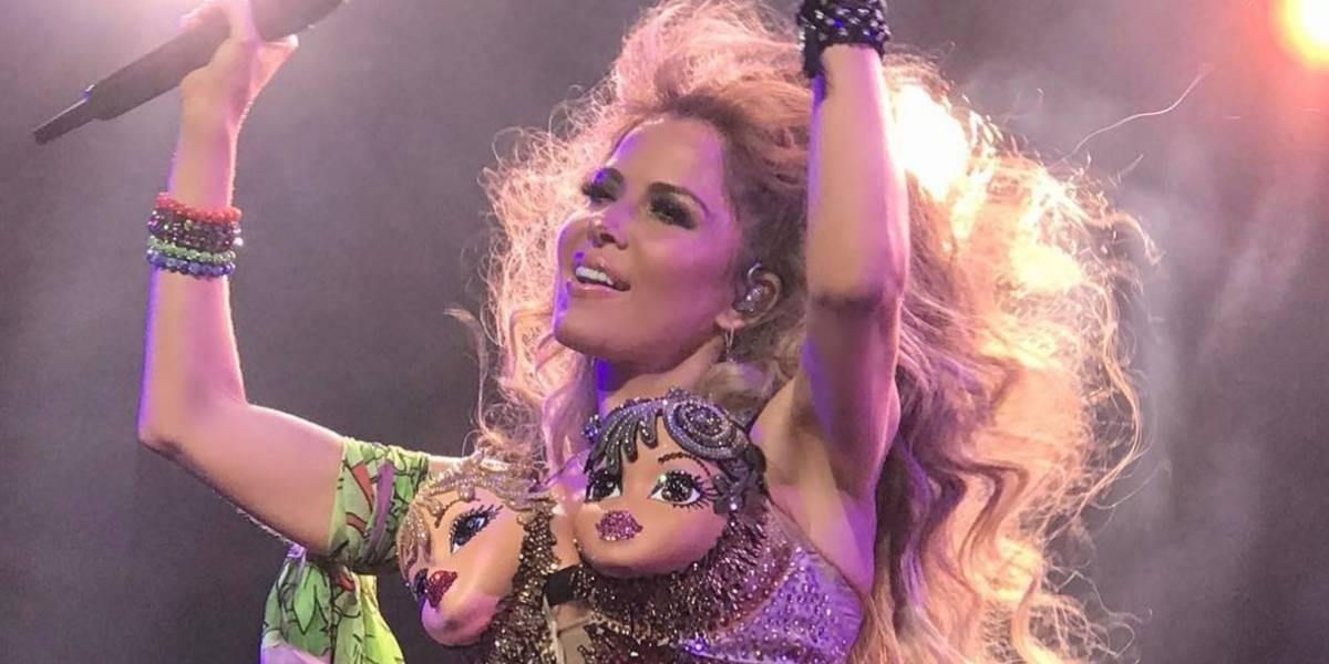 Gloria Trevi crea polémica al usar un extravagante vestido con cabezas de muñecas
