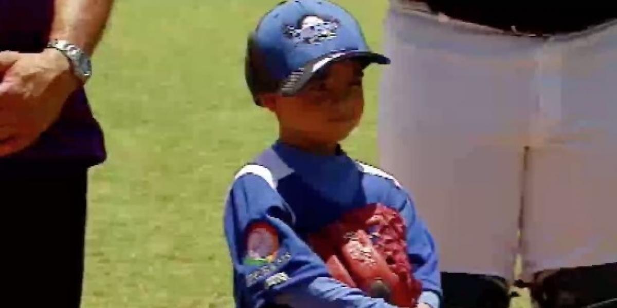 Niño con condición especial cumple su sueño de jugar beisbol