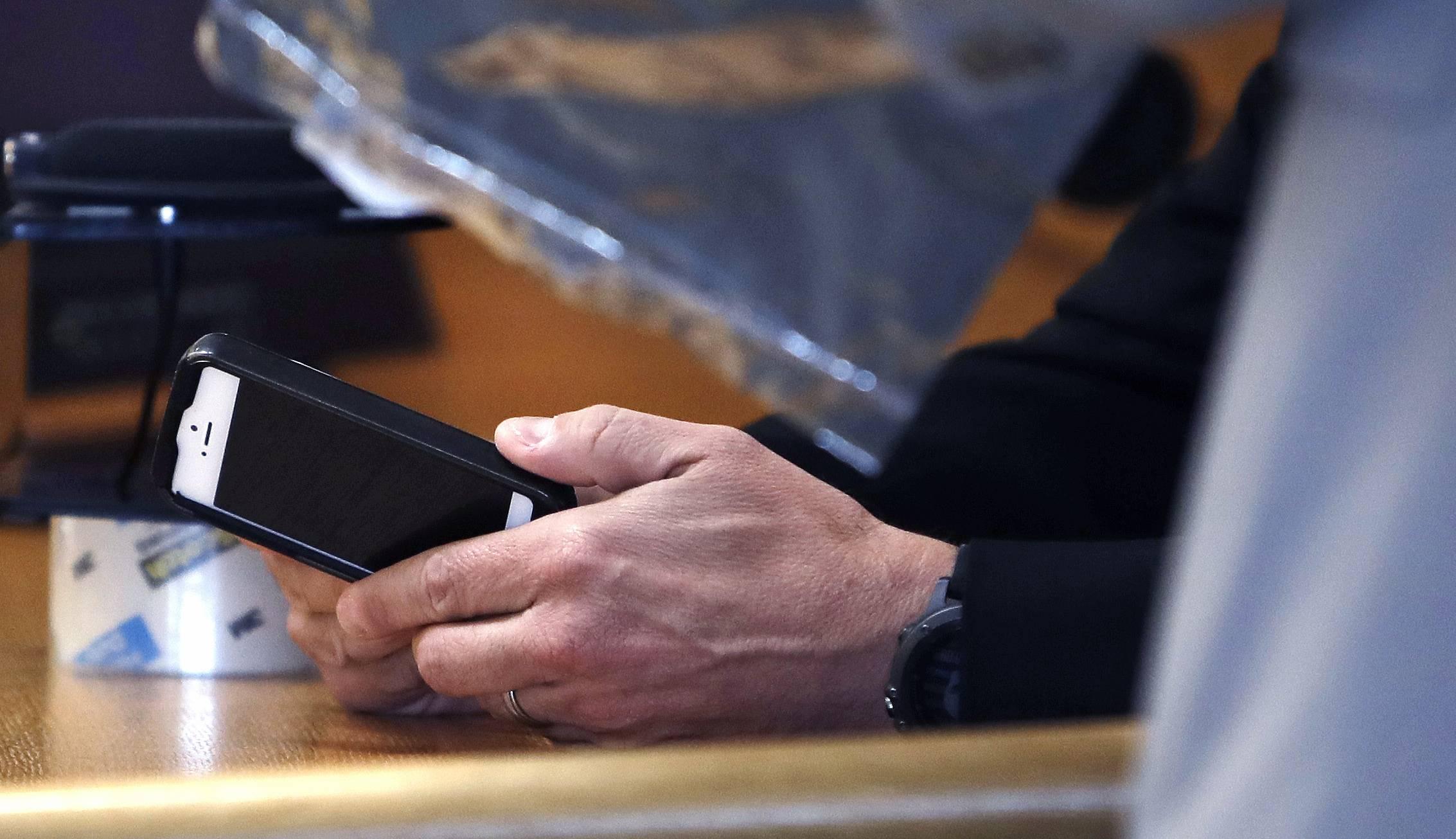 Los mensajes se compartieron a través de teléfonos celulares. Aquí el dispositivo que le pertenecía al novio Foto: AP