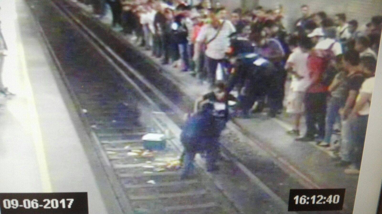 El momento en el que fue auxiliado por personal del STC Metro Foto: STC Metro