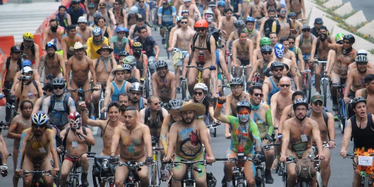 Rodada ciclista al desnudo invade las calles de la Ciudad de México
