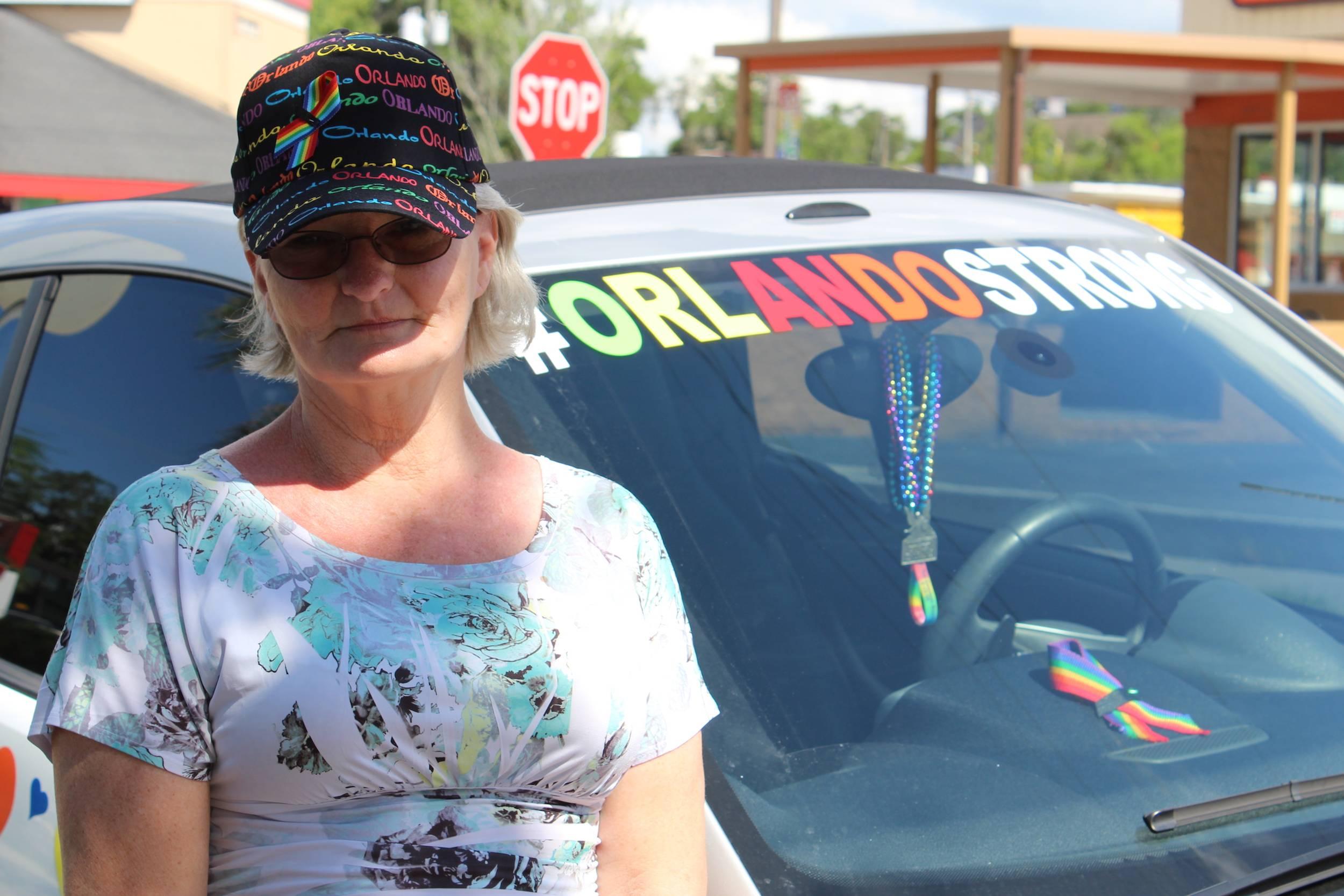 Geamine Goodnough junto al auto que preparó en honor a las víctimas del ataque en Pulse. / Foto: David Cordero Mercado