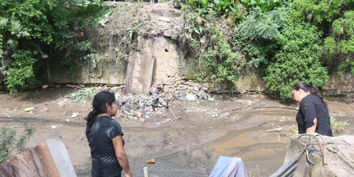 Se cae puente en Villa Nueva cuando vecinos acompañaban un féretro