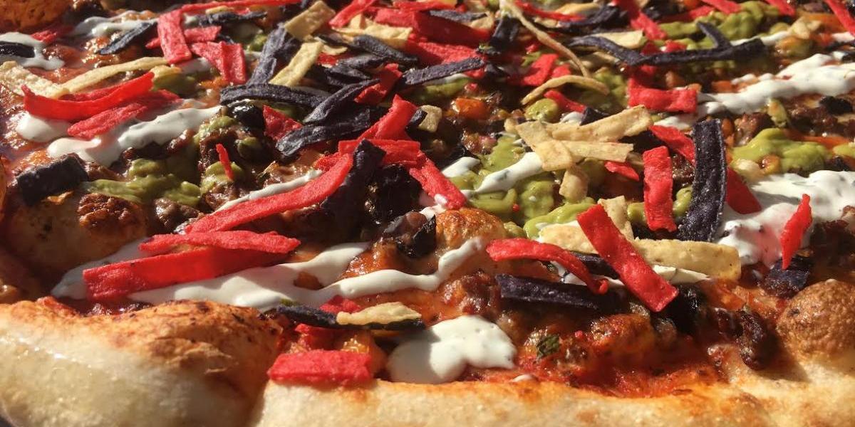 Pizza con mayoketchup, mofongo y chicharrón