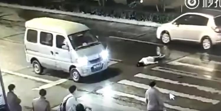 Video: mujer fue atropellada dos veces en China y nadie reaccionó ante el hecho