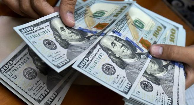 Dólar baja hasta 17.60 pesos en aeropuerto de la CDMX