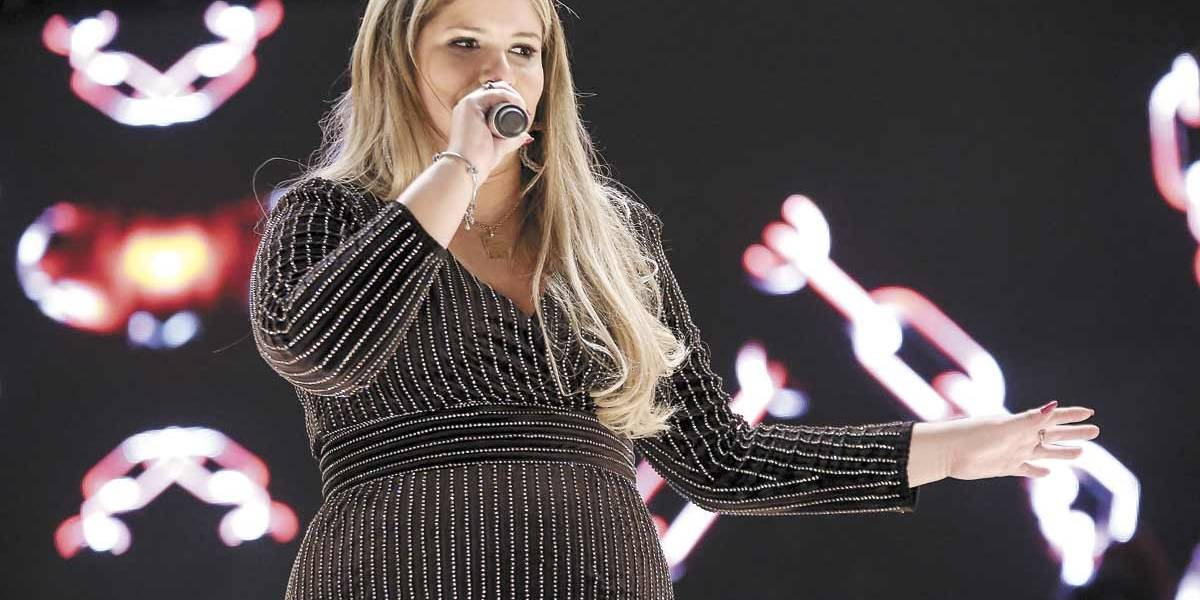 Marília Mendonça passa sermão em fã que a acertou com celular durante show