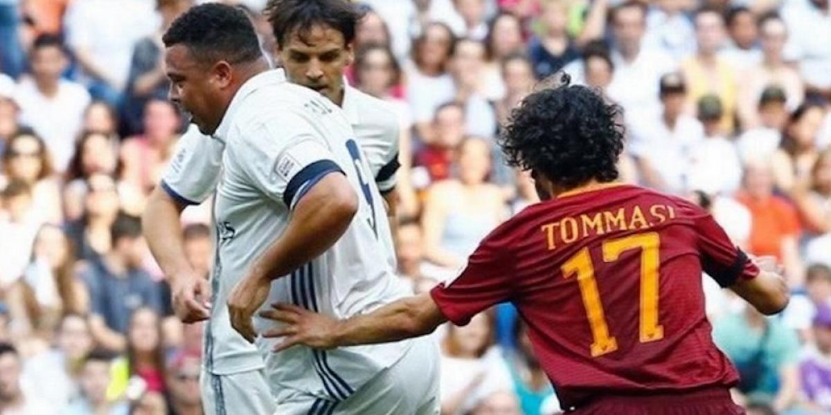 Ronaldo se lleva los reflectores en goleada de leyendas del Real Madrid a las de Roma