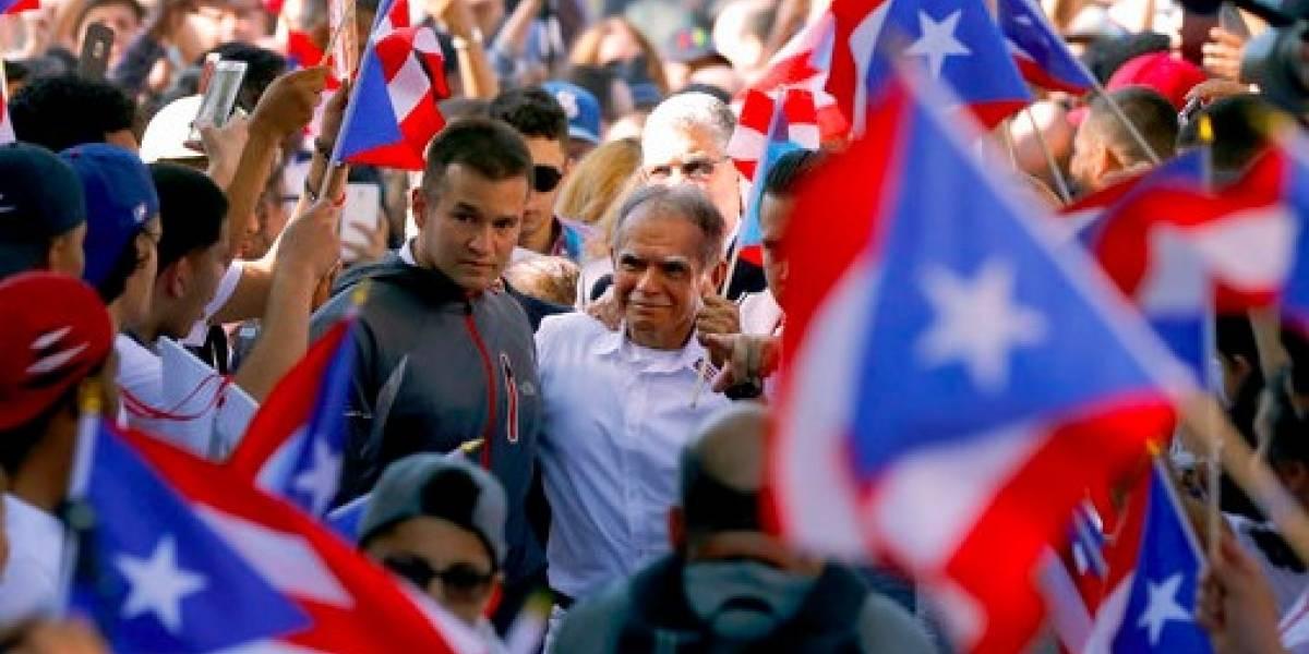 Entre aplausos y abucheos, Oscar López desfila en Nueva York