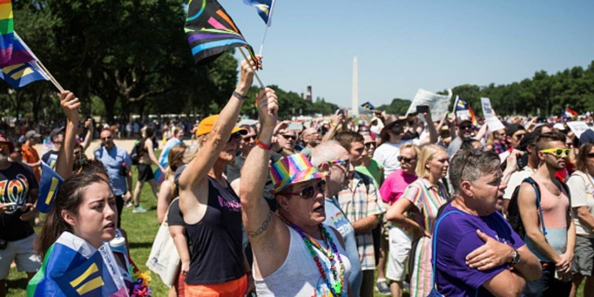 Comunidad LGBTTTI marcha contra políticas de Trump