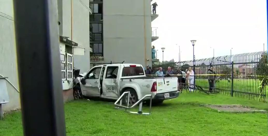 ¡Impactante! Conductor en estado de embriaguez chocó con taxi y llegó a un conjunto residencial