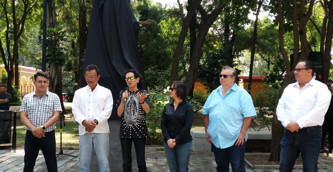Álex Lora vuelve a develar su escultura en Guadalajara