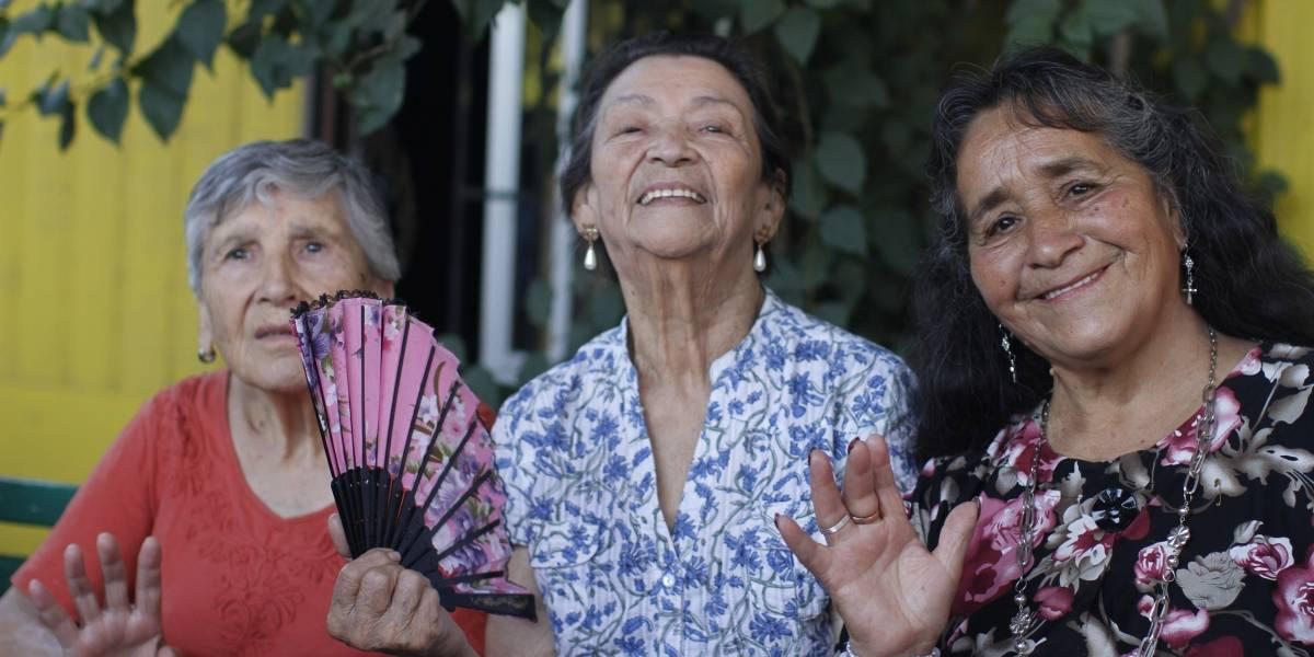 Pobreza multidimensional de adultos mayores baja nuevamente