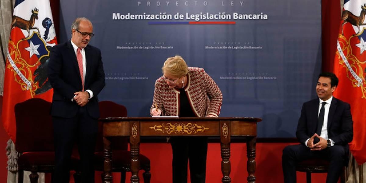 Bachelet firma proyecto de nueva ley de bancos que busca proteger dinero de clientes frente a crisis financieras