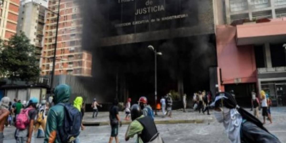 Encapuchados incendian sede del Tribunal Supremo de Venezuela