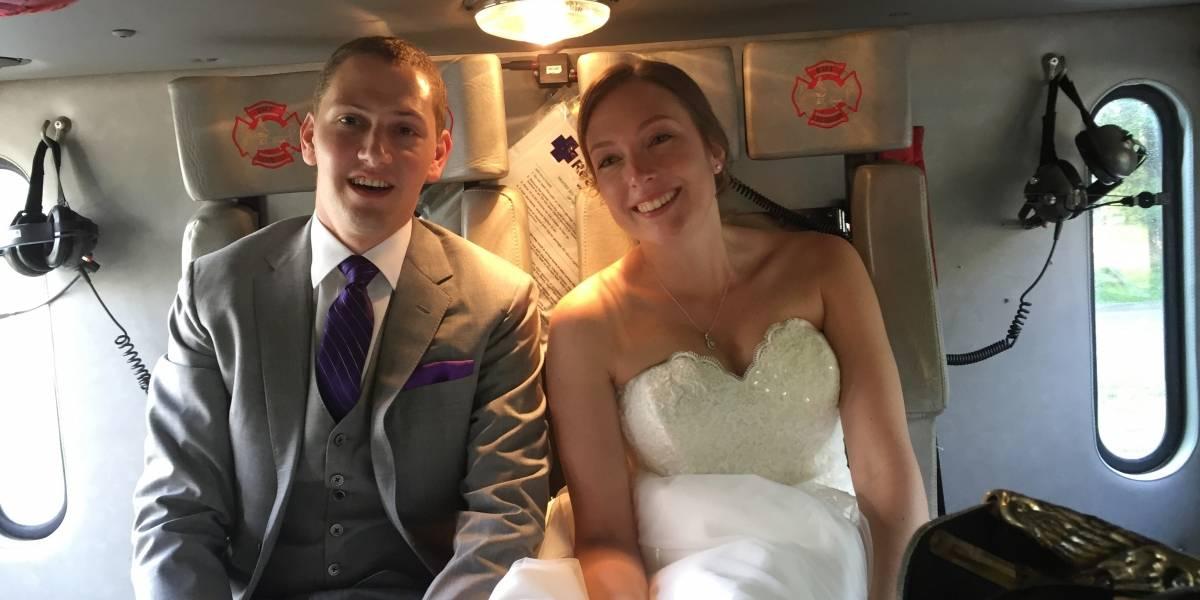 Bomberos llevan a pareja de recién casados a su fiesta