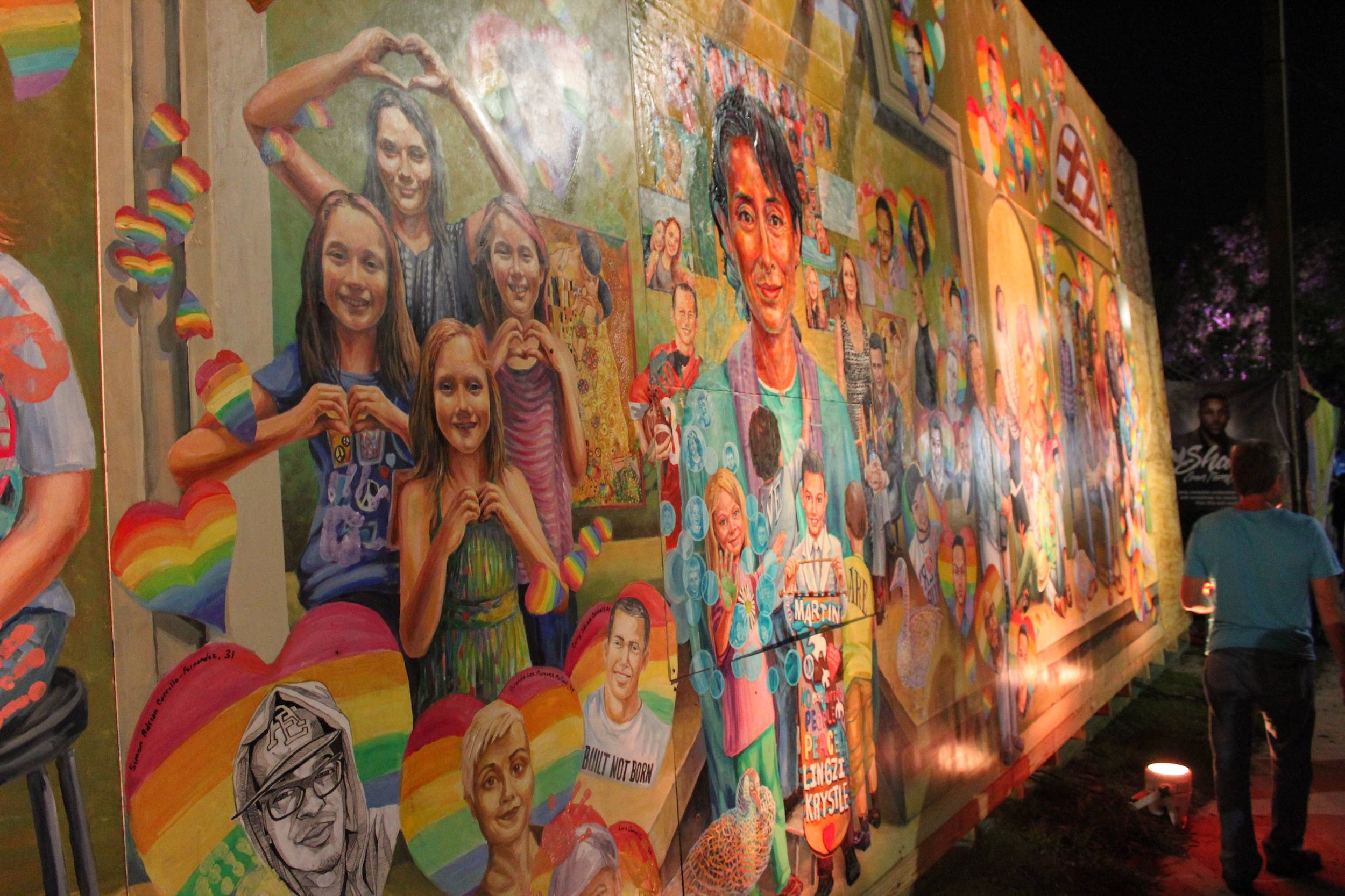 Esta madrugada también fue inaugurado un mural frente a Pulse, en honor a las víctimas. Los familiares plasmaron su huella en el corazón con el rostro pintado de su ser amado. / Foto: David Cordero Mercado