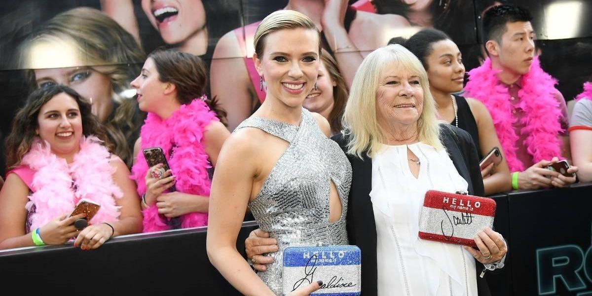 Scarlett Johansson asiste a evento junto a abuela que era igual a ella en su juventud
