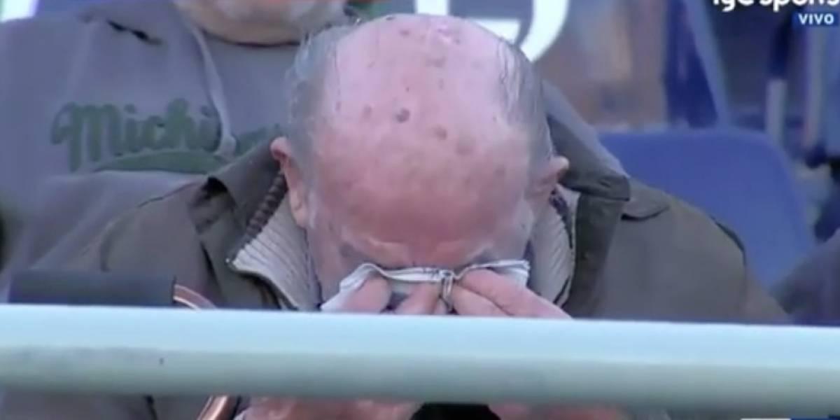 VIDEO: Abuelito se quiebra en llanto con gol de su equipo que lucha por no descender