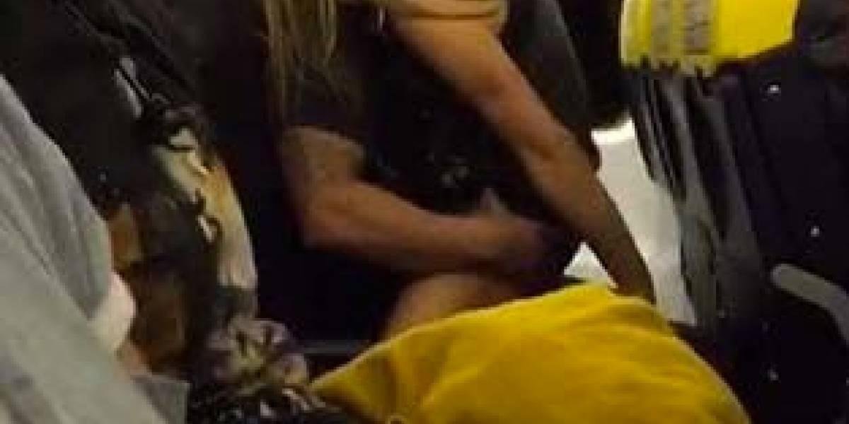 Casal é flagrado fazendo sexo em avião